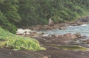 A praia em si tem poucos metros, mas ela tem maravilhas naturais incomparáveis